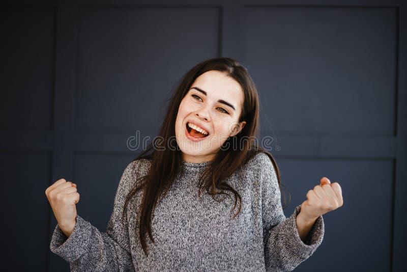 Возбужденная агитированная эйфоричная женщина сделать для того чтобы выиграть жест стоковое изображение rf