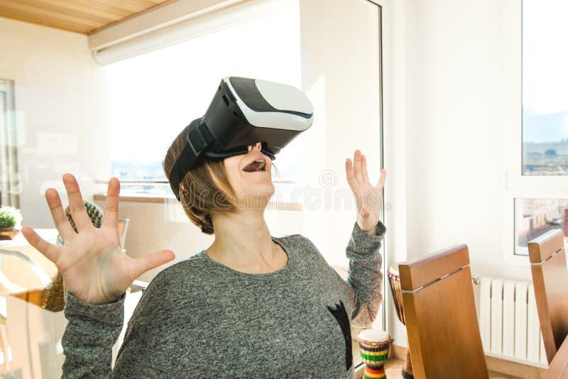 Возбужденная и счастливая молодая женщина нося стекла VR Концепция настоящей технологии со стеклами виртуальной реальности стоковая фотография