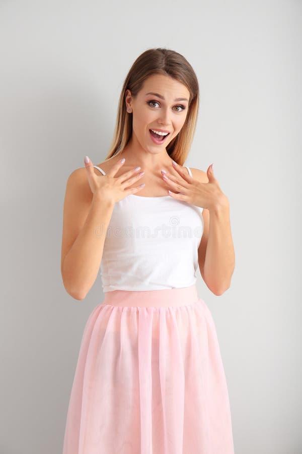 Возбужденная молодая женщина на белой предпосылке стоковые изображения rf