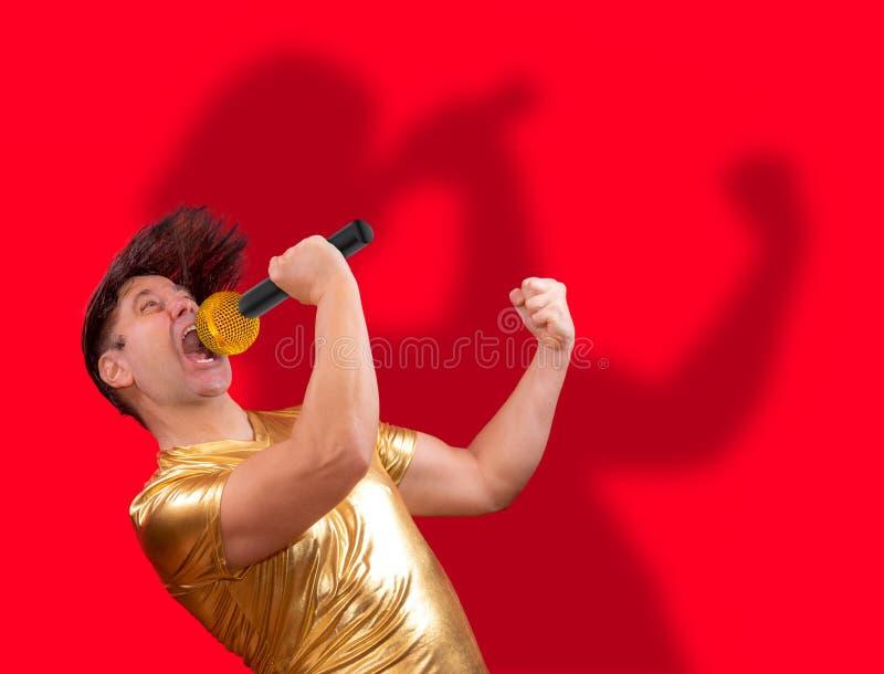 Возбужденная певица с микрофоном стоковое фото