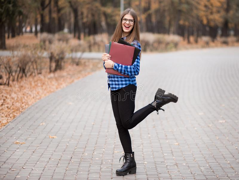 Возбужденная студентка чувствует эйфоричной празднующ онлайн результат достижения успеха выигрыша, молодую женщину счастливую о х стоковые фото