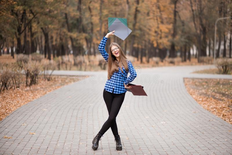 Возбужденная студентка чувствует эйфоричной празднующ онлайн результат достижения успеха выигрыша, молодую женщину счастливую о х стоковые изображения rf