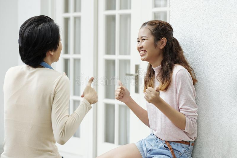 Возбужденная счастливая девушка говоря с другом стоковое изображение rf