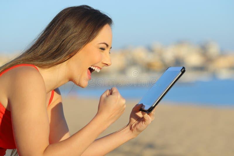 Возбужденное предназначенное для подростков находя чудесное содержание на планшете стоковое изображение rf