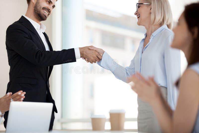 Возбужденное рукопожатие деловых партнеров после успешной встречи стоковые фотографии rf