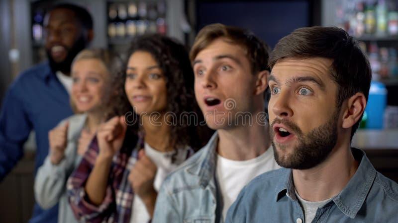 Возбужденные зрители спички сотрясенные с любимыми развлечениями победы команды спорта стоковое изображение