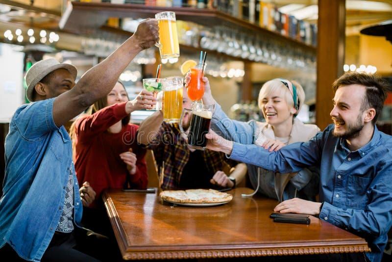 Возбужденные разнообразные футбольные болельщики друзей празднуя счет цели победы смотря игру онлайн по телевизору в поддерживать стоковое изображение rf