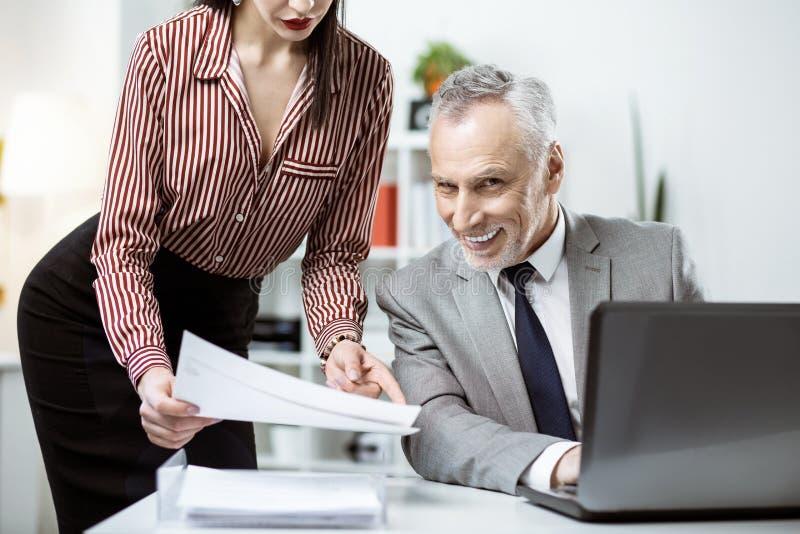 Возбужденный старший работник офиса имея неприятное выражение стороны стоковое изображение rf
