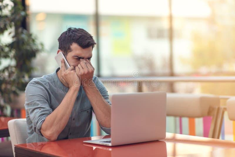 Возбужденный счастливый бородатый фрилансер читая электронную почту с результатами о победе в современном онлайн состязании сидя  стоковое изображение rf