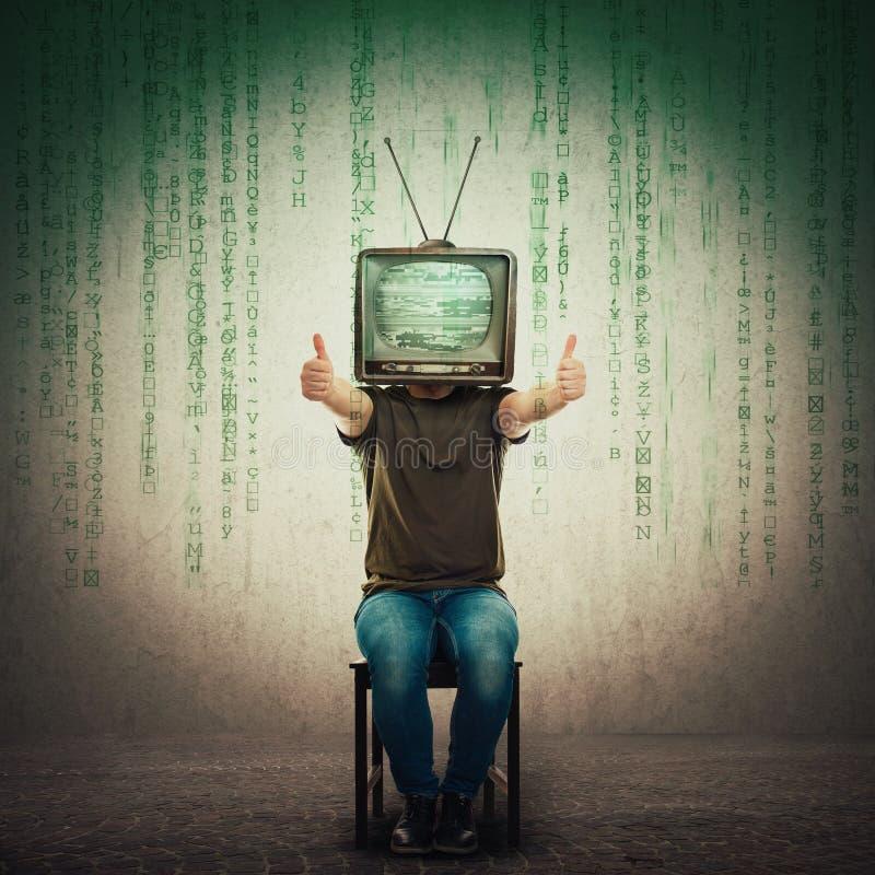 Возбужденный человек усаженный на стул со старым ТВ вместо главных показывая больших пальцев руки вверх, положительный результат  стоковое изображение rf
