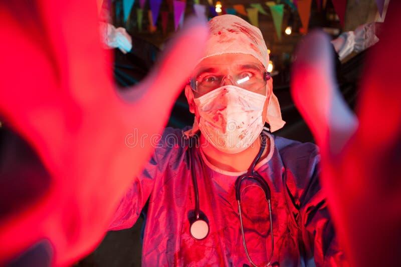 Возбужденный hansome человек одеванный как страшный доктор на партии хеллоуина стоковое фото rf