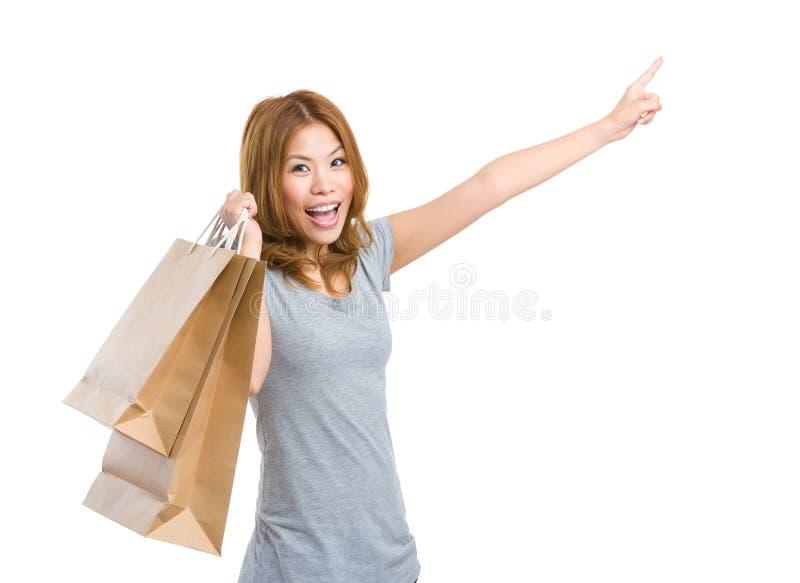 Возбудите женщину с хозяйственной сумкой и пальцем вверх стоковая фотография rf