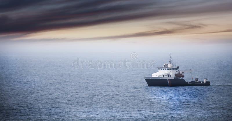 Возвращение домой: Утомленный корабль fishermans причаливая после тяжелого дня стоковые изображения rf