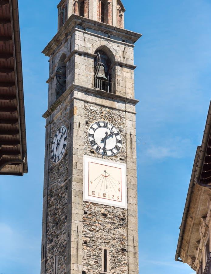 Возвышайтесь с часами церков St Peter и Пола в Ascona, Швейцарии стоковое фото