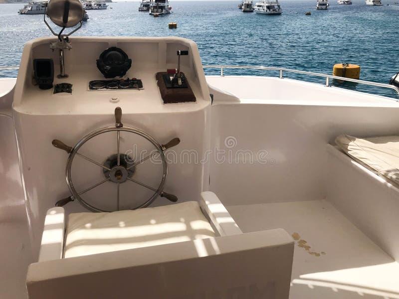 Возглавляйте кабину ` s на корабле, шлюпке, вкладыше круиза с рулевым колесом, приборной панели с компасом моря и аппаратурах для стоковое фото
