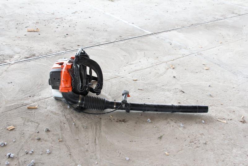 Воздуходувка на предпосылке конкретного пола стоковые фотографии rf