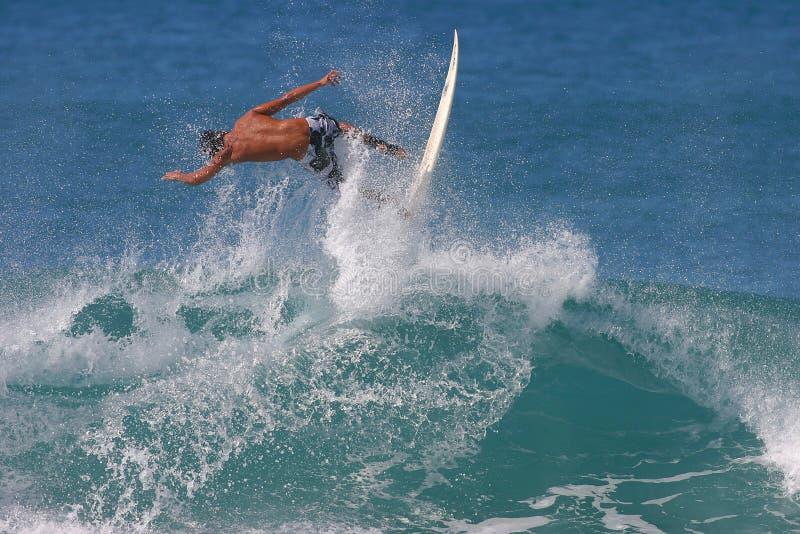 воздух улавливая заниматься серфингом серфера Гавайских островов стоковая фотография