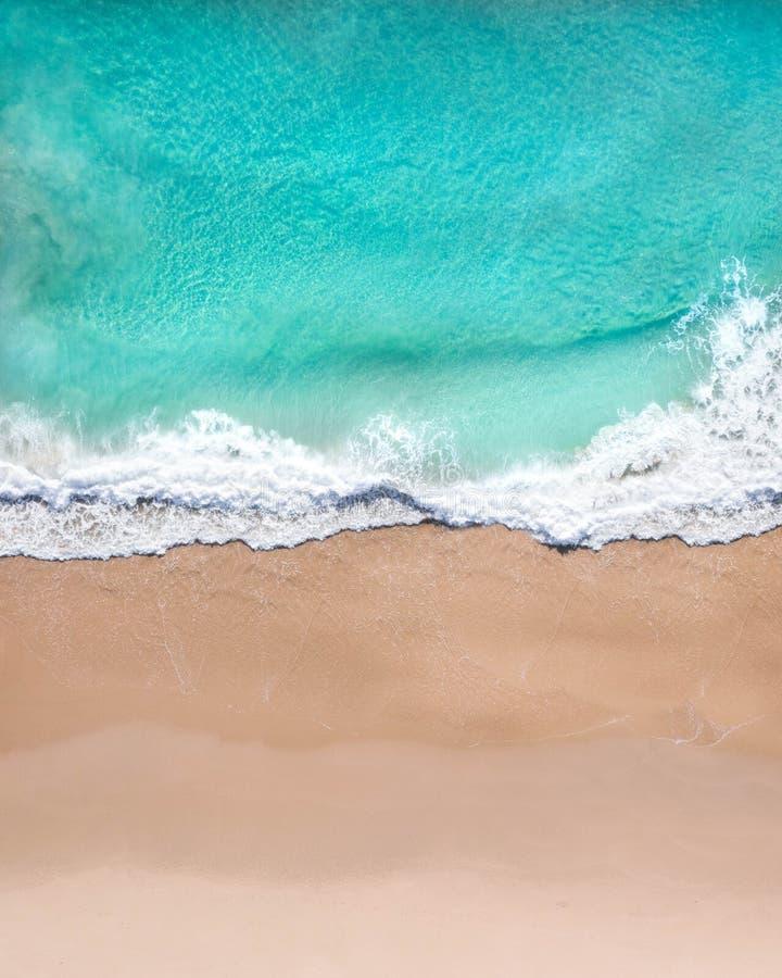 Воздушная верхняя съемка пляжа со славным песком, голубой водой бирюзы и тропическим vibe стоковое фото