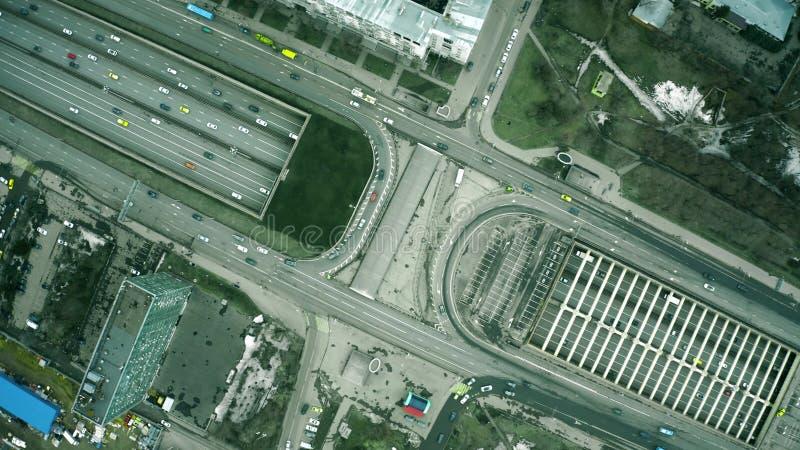 Воздушная верхняя часть вниз с взгляда занятого движения шоссе города стоковые изображения