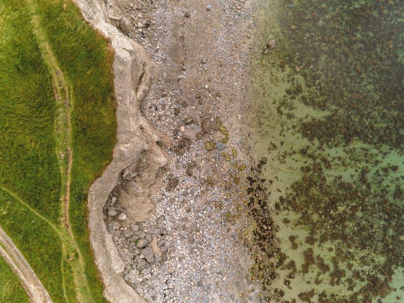 Воздушная верхняя часть вниз с взгляда на скале и береговой линии океана Залив Голуэй стоковое фото