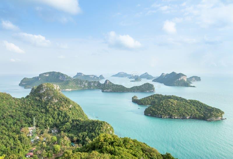 Воздушная группа в составе взгляда ландшафта острова в парке островов Angthong национальном морском в утре от точки зрения на жив стоковые изображения