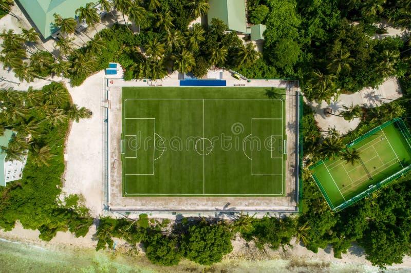 Воздушная игровая площадка взгляда сверху Поле пустого футбольного стадиона зеленое от трутня Футбольное поле сверху стоковые фото