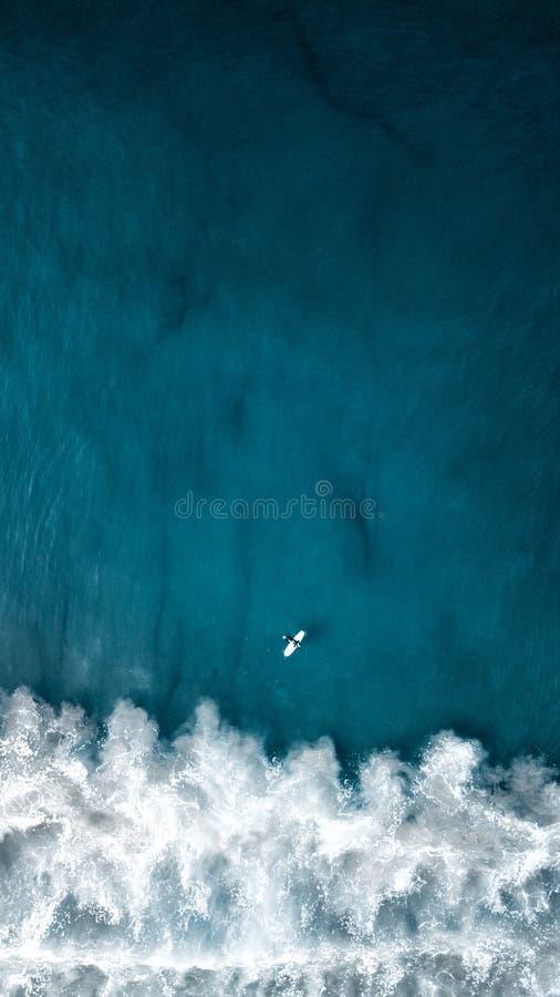Воздушная надземная вертикальная съемка красивых океанских волн с плоским летанием выше стоковое изображение rf