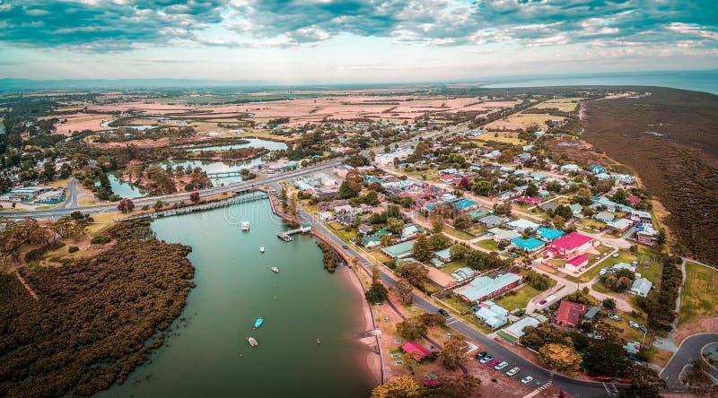 Воздушная панорама красивого малого прибрежного города Tooradin в Виктории, Австралии стоковые фотографии rf