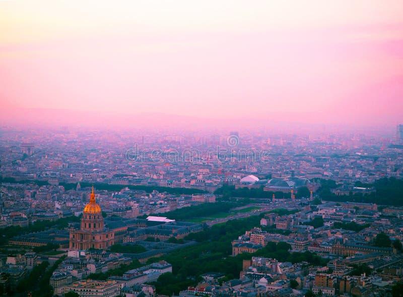 Воздушная панорама Парижа от башни Montparnasse с взглядом на des Invalides купола Париж на заходе солнца, Франция стоковое изображение rf