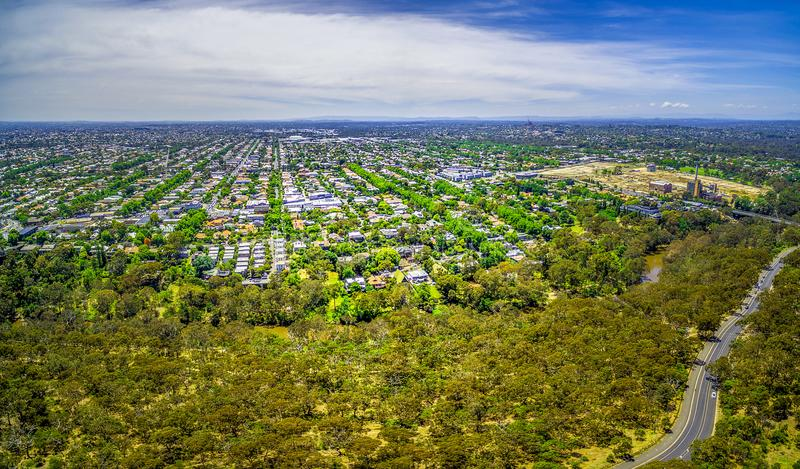 Воздушная панорама парка и пригородного района в Мельбурне, Австралии стоковая фотография rf