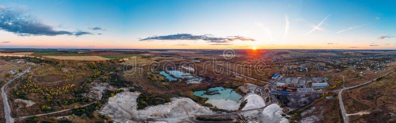 Воздушная панорама промышленных карьера или chalkpit мела для минирования известняка и красивый ландшафт природы, вид с воздуха стоковое фото rf