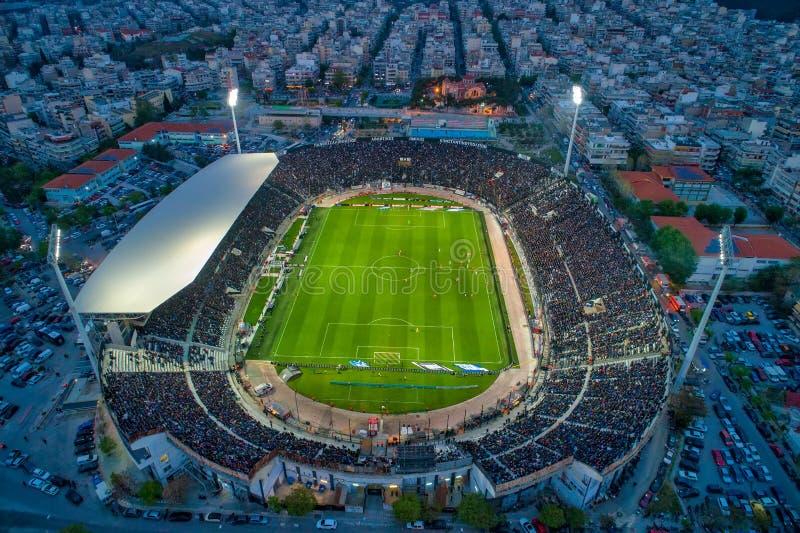 Воздушная сажа стадиона Toumba вполне вентиляторов во время футбольного матча для чемпионата между командами PAOK против колдуньи стоковое изображение