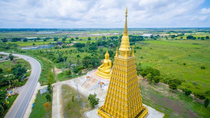 Воздушная съемка: Большая золотая статуя Будды стоковые фотографии rf