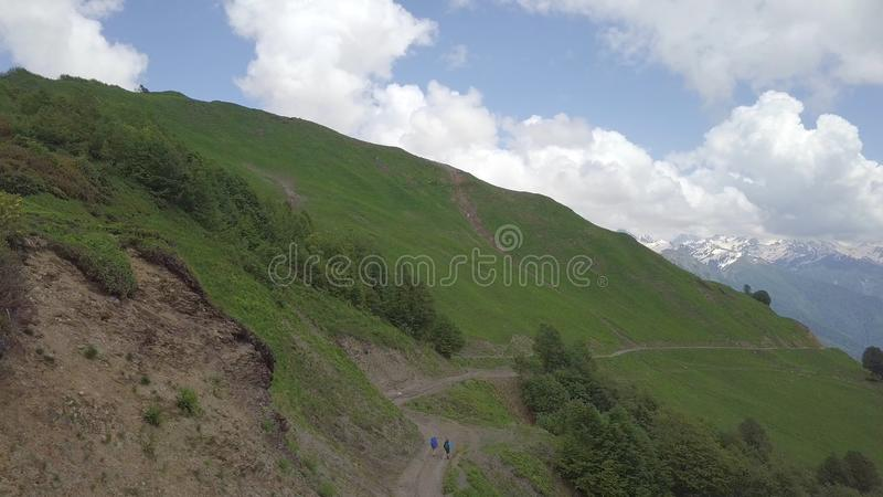 Воздушная съемка дороги под холмом с ходоками стоковое фото