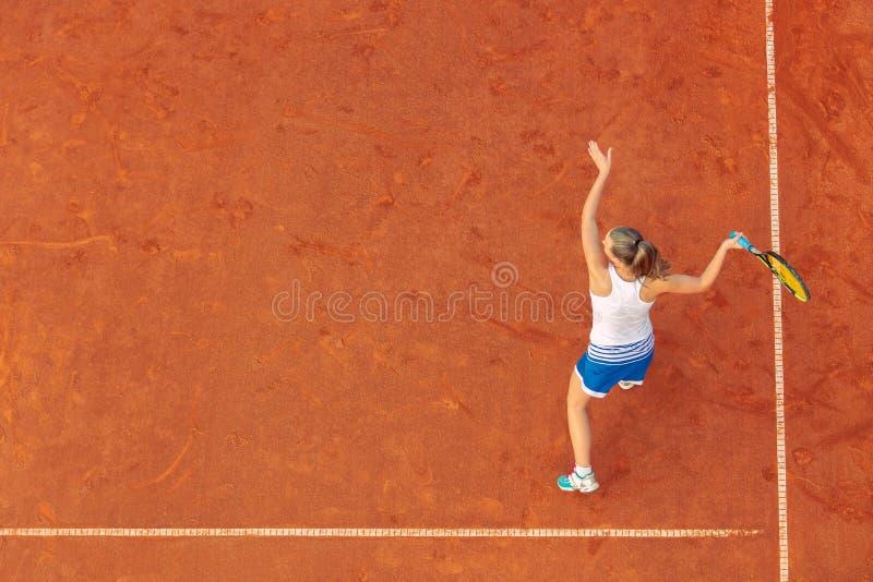 Воздушная съемка женского теннисиста на суде во время спички Молодая женщина играя теннис o стоковые изображения rf