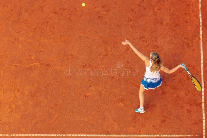 Воздушная съемка женского теннисиста на суде во время спички Молодая женщина играя теннис o стоковые фото