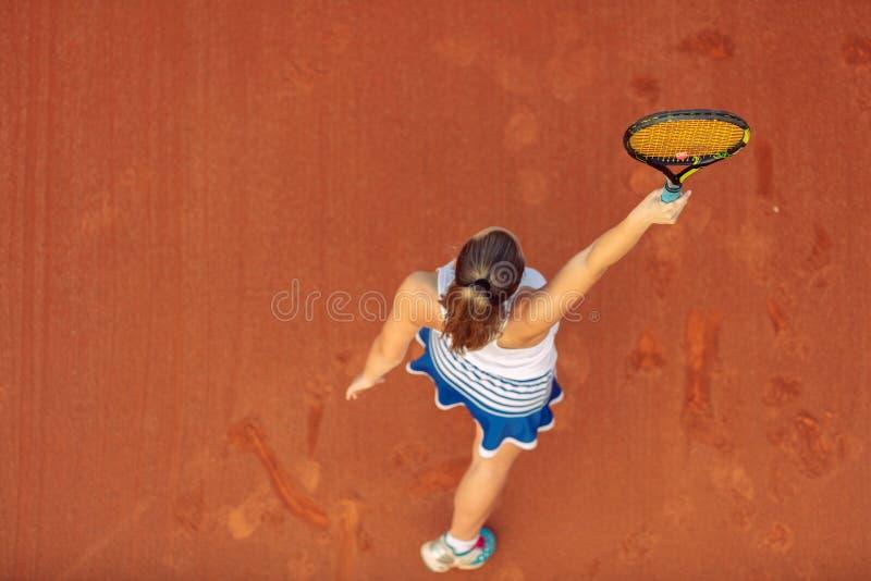 Воздушная съемка женского теннисиста на суде во время спички Молодая женщина играя теннис o стоковое фото rf