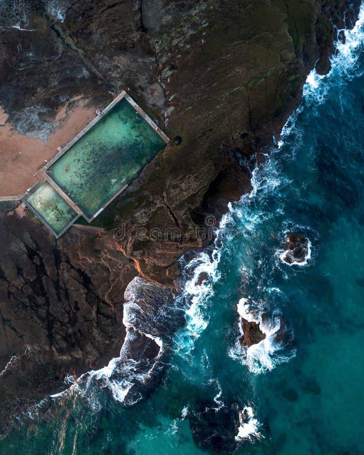 Воздушная съемка моря и бассейн моря на побережье стоковые изображения