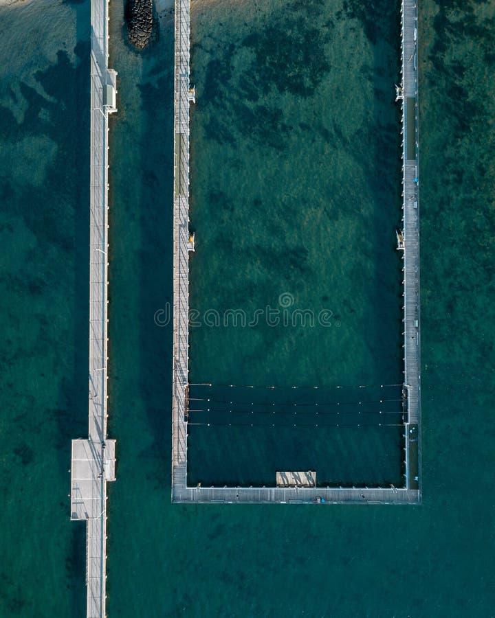 Воздушная съемка моря и бассейн моря на побережье стоковые изображения rf