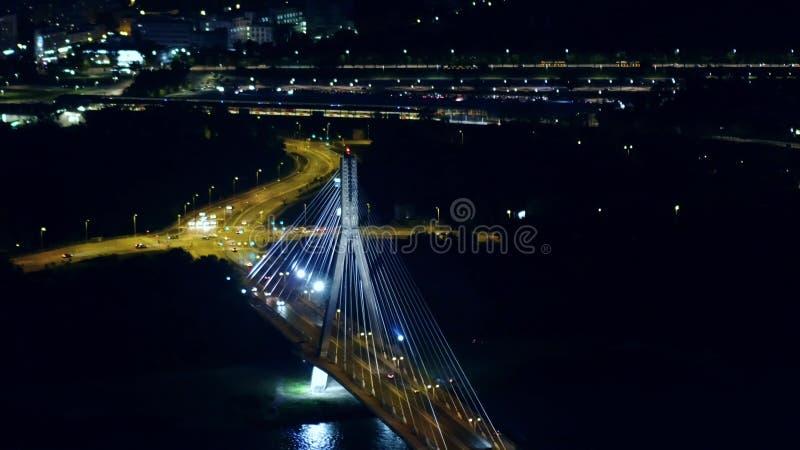 Воздушная съемка ночи современного guyed моста над Рекой Висла в Варшаве, Польше стоковое изображение rf