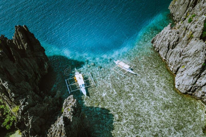 Воздушная съемка островов Филиппин в Palawan Шлюпки Banca в мелководье утра ясном к утесам стоковые изображения rf