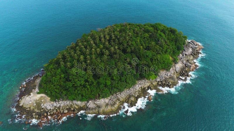 Воздушная съемка трутня необитаемого острова Pu Ko при пальмы и одичалая природа окруженные морской водой бирюзы в Пхукете, Таила стоковые фотографии rf