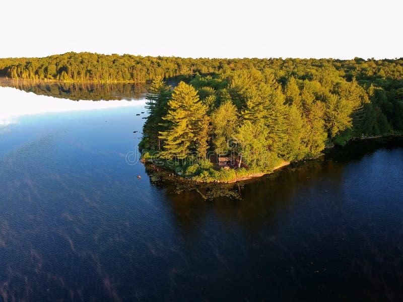 Воздушная съемка трутня постного к месту для лагеря и лагерному костеру в горах Adirondack стоковая фотография