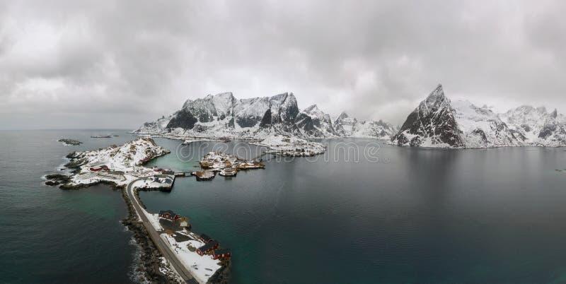 Воздушная точка зрения Lofoten Ландшафт панорамы трутня рыбацких поселков Reine и Hamnoy с фьордами и гор в b стоковое изображение