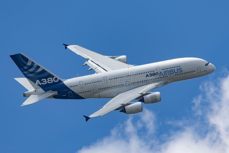 Воздушного судна F-WWOW авиалайнера аэробуса A380-841 большие 4 engined коммерчески стоковые фотографии rf