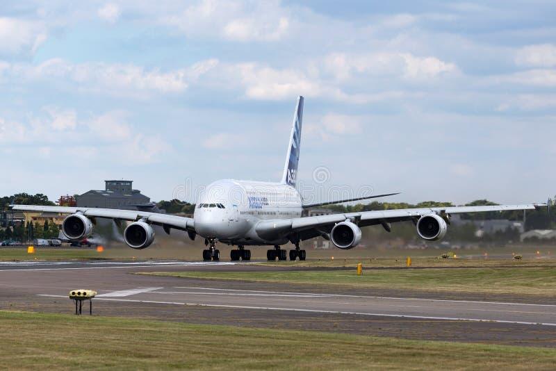 Воздушного судна F-WWOW авиалайнера аэробуса A380-841 большие 4 engined коммерчески стоковое изображение rf