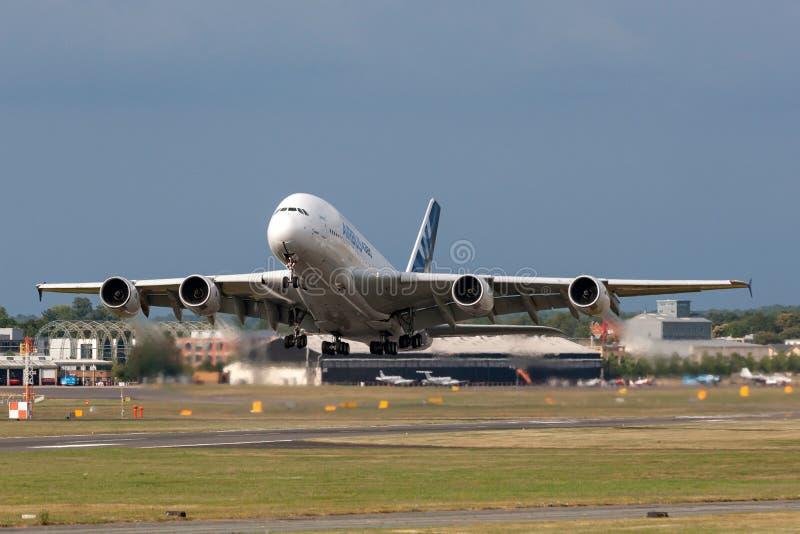 Воздушного судна F-WWOW авиалайнера аэробуса A380-841 большие 4 engined коммерчески стоковое изображение