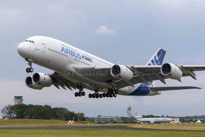 Воздушного судна F-WWOW авиалайнера аэробуса A380-841 большие 4 engined коммерчески стоковые изображения