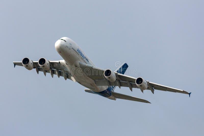 Воздушного судна F-WWOW авиалайнера аэробуса A380-841 большие 4 engined коммерчески стоковые изображения rf