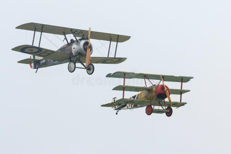 2 воздушного судна WW i, верблюд Sopwith и триплан Fokker, в воздухе стоковое изображение rf